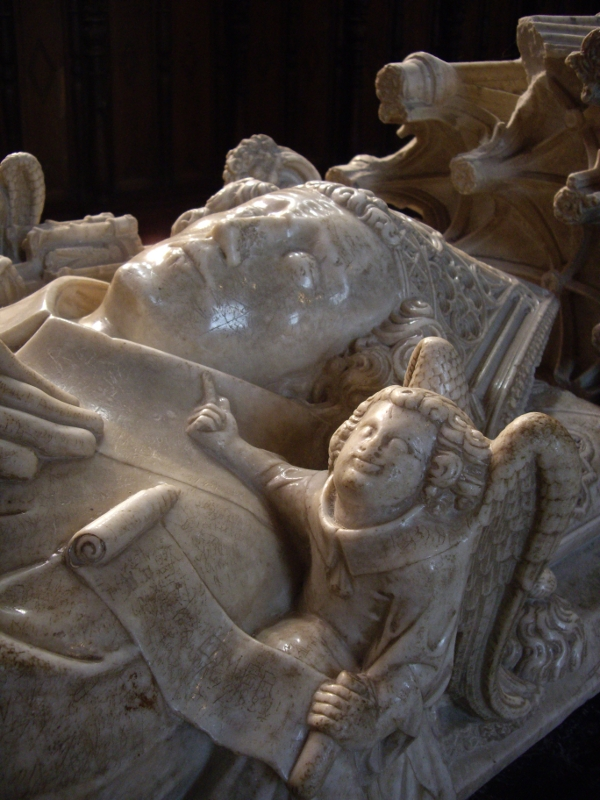 Gisant d'Hugues de Castillon, évêque de comminges; mort en 1352; cathédrale Sainte-Marie; Saint-Bertrand de Comminges; photo JP SCHMIT